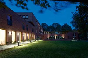 Innen- und Außenraum der Erzbischöflichen Schulen werden stimmig beleuchtet. Im Treppenhaus und in den Fluren sowie in den Proberäumen wird die Form der Oberlichter und verglasten Türen-Ausschnitte mit runden Decken- und Wandleuchten von BEGA aufgenommen. Sie setzen mit ihrem weichen Licht aus mundgeblasenem Opalglas Akzente. Außen illuminieren BEGA Pollerleuchten mit 360-Grad-Lichtaustritt Wege und Grünflächen. Sie sind ebenso DALI-steuerbar wie die Wandleuchten mit zweiseitigem Lichtaustritt. Die markanten Bogenfenster der Mensa werden mithilfe von Bodeneinbauleuchten mit geringen Abmessungen lichtstark in Szene gesetzt
