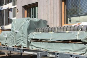 Für den Umzug verpackt: Die Frankfurter Ludwig Weber Schule aus Holzmodulen von werk.um wurde ab- und am neuen Ort als Schule Am Mainbogen wieder aufgebaut – Wiederverwertung ist ein Weg, schonend mit der Ressource Bau umzugehen