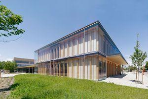 Die Fassade ist als einfache und somit wirtschaftliche, zweischalige und hinterlüftete Glasfassade konstruiert