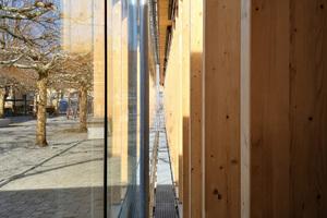 Der Raum zwischen den Fassadenschichten bietet Platz für einen textilen Sonnenschutz und dient außerdem als Laufweg für die Reinigung der Gläser