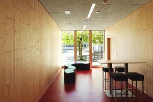 Die eigentliche thermische Trennung ist die innere Fassadenschicht, die aus Holzfensterelementen besteht