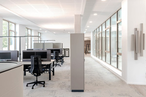Je nach Bereich sind die Schreibtische mit LAVIGO Stehleuchten in Anthrazit oder Weiß ausgestattet. In Doppelkopf-Ausführung zur Ausleuchtung von vier Arbeitsplätzen oder von zwei Arbeitsplätzen mit einzelnem Leuchtenkopf. Die Tageslicht- und Präsenz-Sensorik sorgt unbemerkt immer für das richtige Licht, sobald ein Arbeitsplatz belegt ist. Die informellen Kommunikationszonen mit Stehtischen, Sitzgruppen oder Schaukel möbliert, erhalten mit VIVAA-Pendelleuchten eine stimmige Beleuchtung
