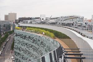 Vom Dachgarten erhalten die Mitarbeiter des Zeitungskonzerns eine Blick über die angrenzende Bebauung. Aluminiumtraversen und Stahlkonsolen halten die äußere Verglasung