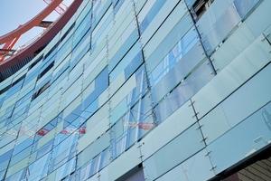 """Die Außenhaut der Fassade besteht aus horizontalen Verbundglasplatten (37x135cm), die hier """"Mother-Plates"""" genannt werden, weil sie als Träger anderer Gläser fungieren, die mit einem Film aufgeklebt sind: entweder ganz, halb oder auch nur zu einem Viertel, wodurch eine pixelhafte Wirkung mit großer Differenziertheit entsteht"""