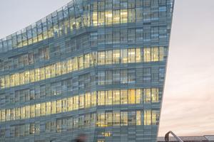 Durch die mosaikhafte Gestaltung der Glasfassadedes Headquarter von Le Monde entsteht ein abwechslungsreiches Bild, das sich je nach Sonneneinstrahlung oder Hinterleuchtung unentwegt verändert