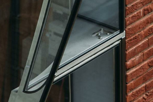 Das gewölbte Glaselement mit einem minimalen Radius von 0,5 m oberhalb der Tür wurde im Laufe des Planungsprozesses als kostensteigernd und zu komplex eingestuft und daher durch eine plane und eine gebogenen Scheibe ersetzt