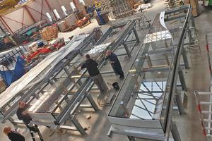 Aufgrund ihrer Größe mussten die drei Glasboxen im Delfter Werk von<br /> Octatube in der Horizontalen montiert werden