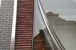 Modernes Bleiglasfenster: Die Rahmen aus rostreiem Stahl dienen sowohl der Akzentuierung der Details als auch der Statik