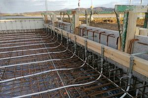 Die Bodenplatte des neues Firmenstandorts wird mit Heizelementen bestückt, die überschüssigen PV-Strom nutzen