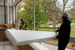 """Die Fassade besteht aus zwei separaten Lagen Profilgläser aus eisenoxidarmem Glassubstrat, die quasi """"gegeneinander"""" gestellt worden sind. Zwischen den Gläsern liegt die transluzente Wärmedämmung mit einer Stärke von 152mm"""