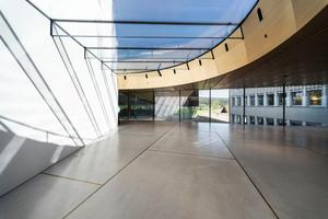 Zu dem Erweiterungsbau gehört neben der Doppelhelix auch die sogenannte Gründerhalle, für die Frener & Reifer ein begehbares Glasdach designt hat