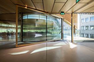 Auch die großformatigen Schwingtüren wurden aus Glas konzipiert, um den transparenten Eindruck des Gebäudes an den Zugängen nicht zu unterbrechen