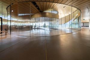 Nach dem Entwurf der ArchitektInnen von BIG sollten keine Stahlträger den transparenten Eindruck des Gebäudes stören, weshalb sämtliche Lasten von den Glasscheiben getragen werden