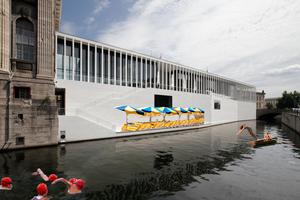 SchwimmerInnen im Kanal, vor der Museumsinsel mit praktischem Zugangssteg made by Chipperfield. Ist das mit Kirche und Hochkunst vereinbar?