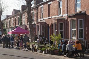 In vier von ursprünglich 14 Straßen des Liverpooler Granby Viertels regte sich Widerstand gegen weiteren Abriss. Die verbliebenen EinwohnerInnen gründeten eine Stiftung mit dem Ziel, die leerstehenden Häuser zu sanieren und und in bezahlbaren Wohnraum umzuwandeln
