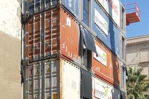 Die Verbindung zwischen den einzelnen Containermodulen erfolgt über ein Twistlock-System, das auch beim Transport der Container verwendet wird. Sie können so innerhalb von zwei Tagen montiert werden