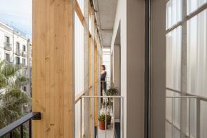 Zwischen der nordwestlichen Fassade aus Polycarbonatplatten und den Containern befindet sich ein Zwischenraum, der als Loggia genutzt wird