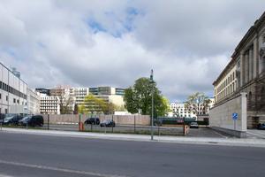 Baufeld von der Niederkirchnerstraße gesehen: links das Umspannwerk, rechts das Berliner Abgeordnetenhaus