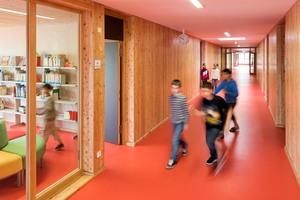 Die Ludwig Weber Schule mit farbigen Fußböden: Blick in Flur und Bibliothek