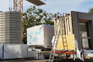 """""""B2 EG Decke. Hofseite"""": Die vorgefertigten Elemente wurden, deutlich beschriftet, so gelagert, dass sie in der richtigen Reihenfolge zum Bauplatz gekrant werden konnten"""
