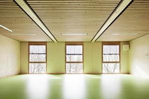 Klassenraum in drei Modulen: die Oberflächen rohbausichtig, einfache Akustikelemente unter der Decke. Der Linoleumboden musste beim<br />Separieren der Module zerschnitten werden