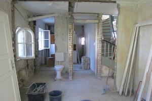 Sanieren, was da ist: Mit wenigen Eingriffen schufen heilergeiger im Innenraum Platz für heutige Wohnbedürfnisse