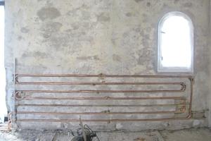 Die neue Hüllflächentemperierung wärmt heute nicht nur das Bestandsgebäude effizient, sondern hält auch das Mauerwerk trocken
