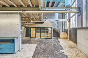 """Der untere Teil des Gebäudes wurde mit Einbauten für eine geänderte<span class=""""Sstr_Farbe""""><br /> </span>Nutzung ergänzt"""