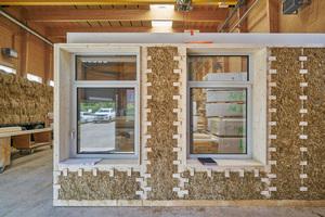 Ausfachungen mit Stroh dienen als Putzträger für den Lehmputz. Dies entspricht dem Konstruktionsprinzip, starre Elemente mit anpassbaren Teilen wie Stroh zu ergänzen, die ohne Materialverlust eingepasst werden können