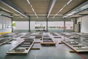 Sortieren der wiederverwendeten Fens-ter: Die eingesetzten Second-Hand-Fenster variieren zwar in der Größe, sind aber innerhalb vertikaler Bänder angeordnet, sodass die Fassade trotzdem ruhig wirkt