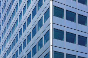 Die vorgefertigten, eloxierten Aluminiumpaneele zeichnen sich durch die markant gerundeten Fensteröffnungen aus und konnten ohne zusätzliche Rahmenkonstruktion am Gebäude angebracht werden<br />