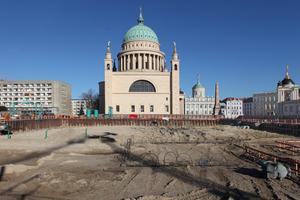 Blick über das Baufeld, auf dem einst die Bibliothek ihren prominenten Platz hatte. Hinten links der Staudenhof, der in 2023 ebenfalls abgerissen werden soll