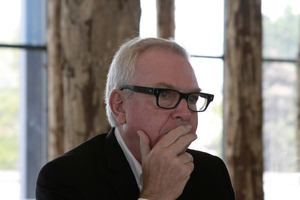 """Der Chef der Grundinstandsetzung: David Chipperfield mit seiner Ausstellung """"Sticks and Stones"""", Wochen vor der Schließung"""