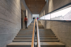 Fassadenlicht in Bewegung: Je nach dem, wo sich die Besucher befinden, liegt das Schlitzfenster über, unter oder auf Augenhöhe