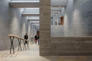 Lichtdach im Treppenraum: Während die Neigung links einfach der Treppe folgt, musste für den Raum rechts eine komplexe technische Lösung gefunden werden