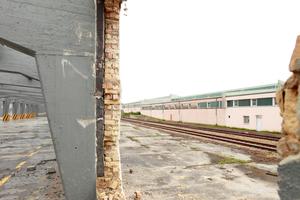 """""""U-Halle"""", teils schon bis auf das Tragwerk abgebrochen"""