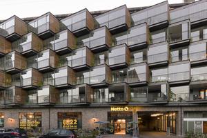 Nach dem Fassadenumbau erzeugen aufgefächerte Kuben einen neuen Rhythmus im Straßenraum. Sie lassen sich mit geschlossener Glasfront als Wintergärten nutzen und mit offenen Fenstern als Balkone
