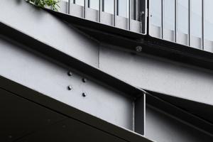 Für die neue Fassade waren keine Änderungen der Statik erforderlich. Ein überdimensionierter Stahlbetonträger, hinter der Ziegelfassade, zwischen Erdgeschoss und Obergeschoss nimmt auch die neuen Lasten auf.
