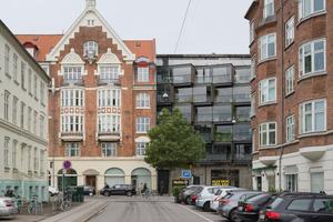 Die neue Fassade fügt sich auf ganz eigene Weise in die Umgebung aus historistischen Ziegelbauten