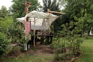 """""""spiral home"""", Bett im Baum, eine Arbeit von Terence Koh"""