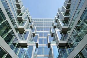 Keilförmige Einschnitte, die sich nach oben in Terrassen weiten, öffen die Fassade in alle vier Himmelsrichtungen
