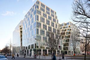 Die ehemals geschlossene Fassade des enormen Gebäudevolumens öffnet sich durch die neuen Einschnitte zu Straßenraum<br />