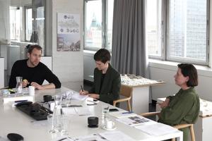"""<h2>DBZ HeftpartnerInnen</h2><div class=""""Fliesstext""""></div><div class=""""Fliesstext"""">DBZ-Chefredakteurin Katja Reich (r.) bei der Projektauswahl mit Dr. Marlène de Saussure und Martin Henn (l.) vom Büro HENN in Berlin</div>"""