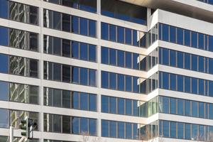 Als Reminiszenz an den ursprünglichen Zustand sind die weißen Fassadenelemente heute leicht über die Fensterebene erhaben