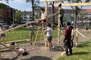 """StudentInnen der TU Braunschweig errichten einen temporären Pavillon auf dem Hagenmarkt. Dieser dient unter anderem als Veranstaltungsort. Das """"Reallabor Hagenmarkt"""" gehört zu den Gewinnerprojekten des Wettbewerbs """"DesignBuild Project"""" der Sto-Stiftung"""
