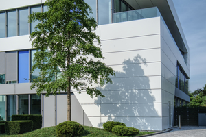 Die Fassade des Neubaus besteht aus einem dreischichtigen Materialkomposit von Alucobond mit einer Innen- und einer Außenlage aus Aluminium und einem Kernmaterial. Die Platte (A2 – nicht brennbar) zeichnet sich durch hohe Planebenheit und Biegesteifigkeit aus. Aufgrund der Materialeigenschaften erlaubt die Fräskanttechnik sehr präzise Kantungen. Die aufgebrachten Lacksysteme sind extrem langlebig und UV-stabil
