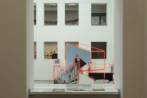 Rund um die Ausstellungsinseln im Zentralraum wurde Biografisches in die Fensterbänke gelegt