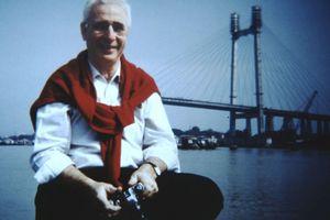 """Jörg Schlaich, vor """"seiner"""" Second Hooghly-River-Bridge in Kalkutta"""