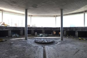 Das Café (untere Ebene) mit ehemaliger Geschützbasis und Munitionsfächern<br />