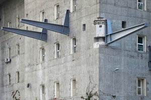 Auf die 2,5 m dicken Betonwände geschraubt: Kragarme für den Bergpfad